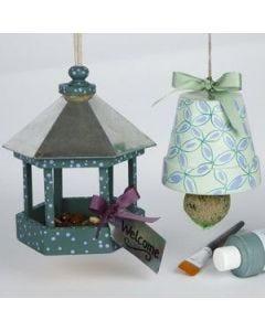 Verzierter Blumentopf als Winter-Futterstelle für Vögel