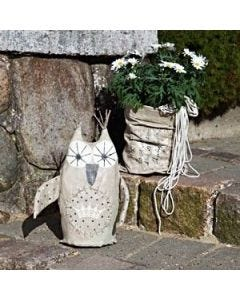 Eine dekorative Eule und eine Taschenvase für den Garten