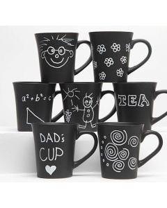 Schwarze Tassen verziert mit weißen Glas- und Porzellanmarkern