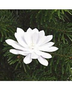 Deko aus gestanzten Blütenblättern mit Perle