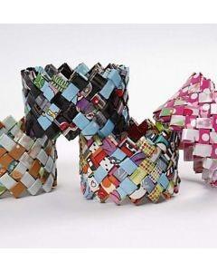 Ein geflochtenes Armband aus Geschenkpapier