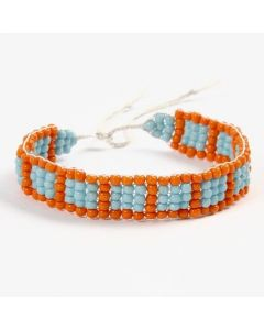 Ein Armband, angefertigt auf einem Perlenwebrahmen