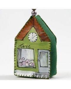 Ein Leinwandhaus, bemalt mit Plus Color und mit Perlen verziert
