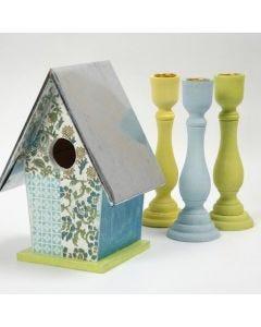 Ein Vogelhaus, dekoriert mit handgeschöpftem Papier