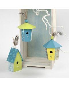 Ein kleines Pappmaché-Haus, bedeckt mit handgeschöpftem Papier