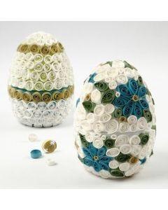 Ein Pappmaché-Ei mit Quilling-Dekoration