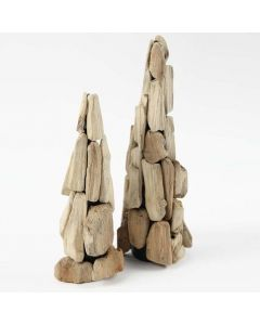 Ein Baum aus kleinen Holzstücken auf einem Kegel