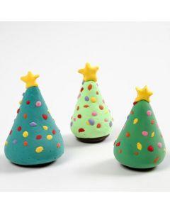 Ein Weihnachtsbaum mit Dekorationen aus Silk Clay