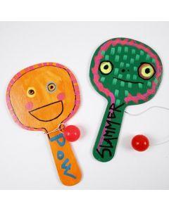 Bemaltes Spielzeug aus Holz, dekoriert mit Uni Posca Markern