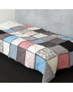 Patchworkdecke (Quilt) aus Design-Stoff mit sichtbaren Nähten