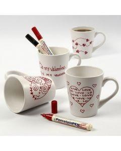 Weißer Porzellanbecher mit roten Liebesbotschaften oder -Motiven.