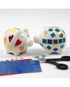 Deko-Motive und Buchstaben auf einer Porzellan-Spardose