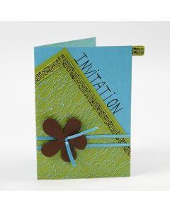 Eine Grußkarte mit Netzgewebe und Blume auf Satinband