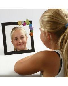 Bemalter, mit Schaumgummi verzierter Rahmen mit Spiegel