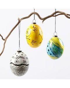 Eier, verziert mit Glasfarbe und schwarzen Mustern