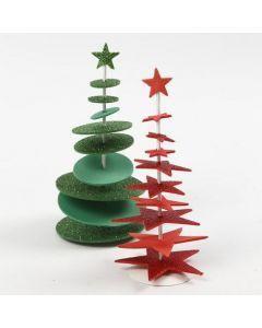 Stanzformen aus Moosgummi, aufgespießt auf Holzstäbe, bilden zwei coole Weihnachtsbäume
