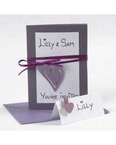 Einladung und Platzkarten, verziert mit Satinband und Herz