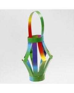 Eine Laterne aus Regenbogen-Karton