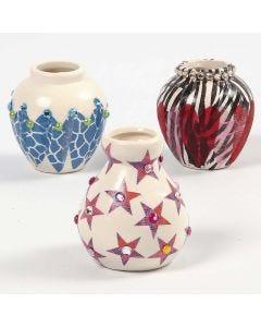 Eine Terrakotta-Vase, verziert mit Decoupage und Strass