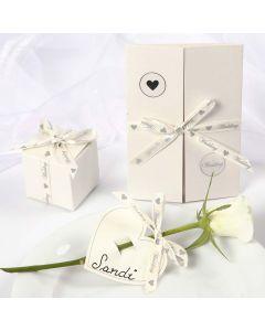 Hochzeitsdeko mit romantischem Satinband