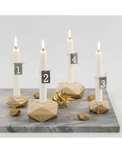 Ein Adventskranz mit vier, teils mit goldener Farbe bemalten, Kerzenhaltern