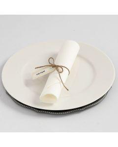 Tischkärtchen mit DYMO-Beschriftung, befestigt an einer Hanfkordel