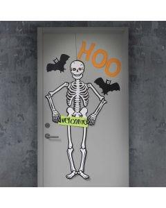 Halloweendeko: Riesen-Skelett und Fledermäuse