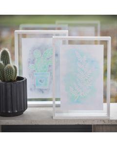 Ein mit Zeichengummi und Aquarellfarbe gemaltes Bild in einem zweiseitigen Rahmen
