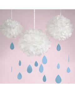 Hängende Wolken aus weißen Seidenpapier-Pompons mit Regentropfen aus blauem Karton