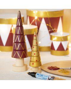 Weihnachtsbäume aus Holz, verziert mit Bastelfarbe und Plus Color-Markern