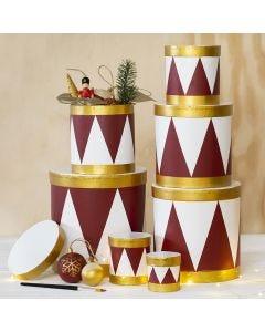 Mit Bastelfarbe bemalte Pappdosen, die aussehen wie echte Trommeln
