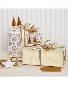 Weihnachtliche Geschenkverpackung in Gold mit Glitzer-Deko