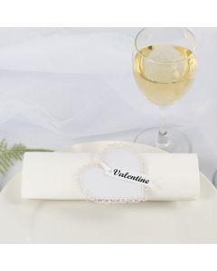 Hochzeitsdeko: Serviettenring / Platzkarte aus einem Kartenherz und Satinband