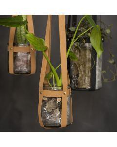 Blumen-/Kerzenglas, aufgehängt an Lederpapierstreifen mit Nieten