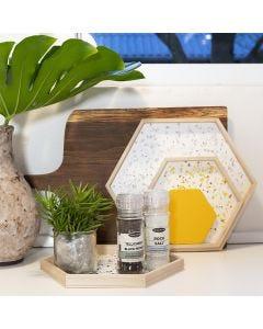 Tabletts aus Holz, verziert mit Terrazzo-Flakes
