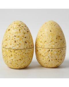 Zweiteilige Eier, verziert mit Terrazzo-Flakes und Bastelfarbe