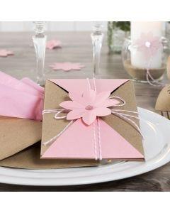 Einladungskarte, dekoriert mit Baumwollkordel und Stanzblüte