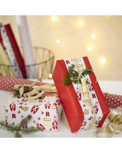 Weihnachtliche Geschenkverpackung mit Holzfigur
