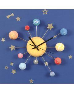 Wanduhr, verziert mit Planeten aus Silk Clay und Sternen-Stickern