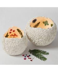 Laternen aus Pappmaché-Pulpe, verziert mit Trockenblumen