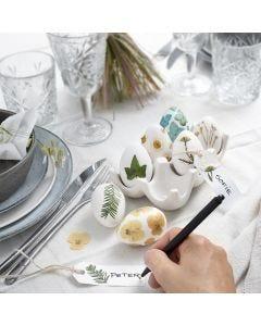 Ostereier, verziert mit getrockneten Blüten
