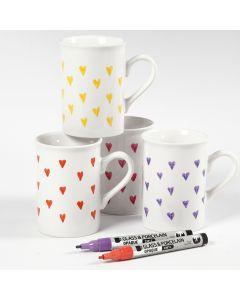 Dekorative Herzen auf Porzellanbechern, bemalt mit Glas-/Porzellan-Markern
