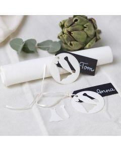 Tischkarten mit Brautkleid und Krawatte für die Hochzeitstafel
