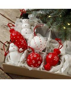 Weihnachtliche Holzfiguren zum Aufhängen, gestaltet mit Plus Color Bastelfarbe und Filzstiften