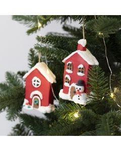 Weihnachtliche Pappmaché-Häuschen zum Aufhängen, dekorativ gestaltet mit Foam Clay und Silk Clay