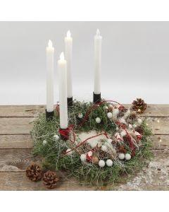 Adventkranz, geschmückt mit Naturmaterial und LED-Kerzen