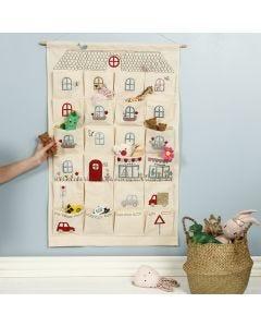 Stofftaschen-Organizer zum Aufhängen, mit Bügelfolien-Motiven verwandelt in ein Spielhaus