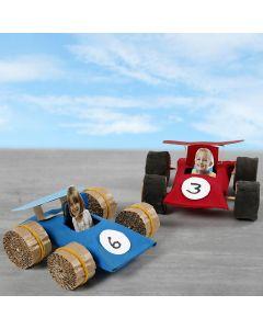 Rennautos aus Pappröhren mit Fahrer