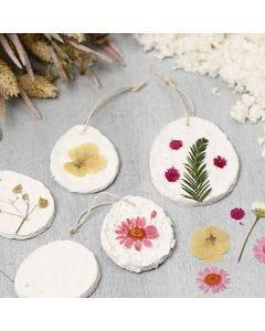 Deko-Objekte zum Aufhängen, geformt aus Pappmaché-Pulpe und dekoriert mit Trockenblumen
