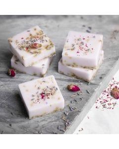 Selbst hergestellte Seife aus Shea-Butter mit Lavendel